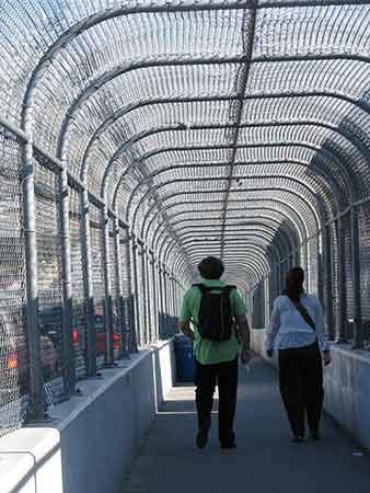 Jordi Virallonga y Ada Castells cruzando la frontera